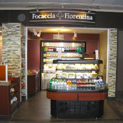 High-quality, genuine Italian food is available at this grab and go unit. Choose from salads, sandwiches on focaccia bread, cold pastas and more.
